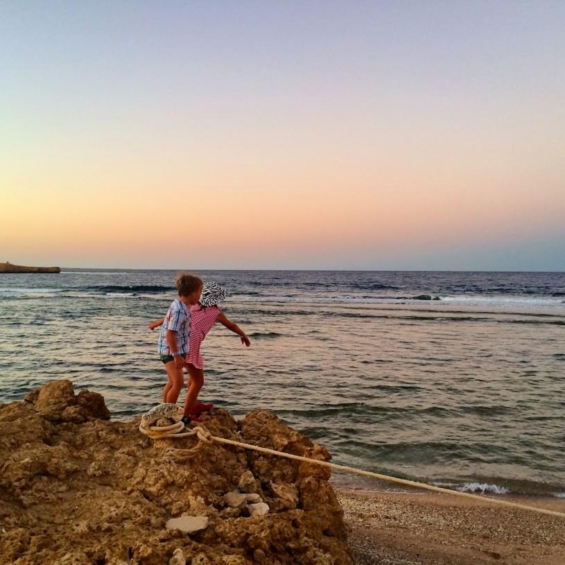Toivomuskorallit heitettiin mereen uusien ystävien kanssa. Korallien ja kivien vieminen pois maasta on ankarasti kiellettyä.