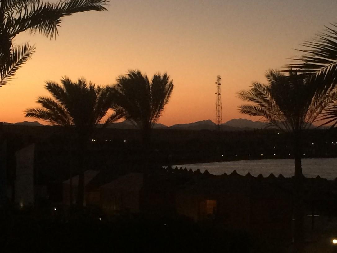"""Parvekkeeltamme näkyivät vuoret, joita katsellesa heräsi kipinä matkustaa lomakylän sijaan myös """"oikeaan"""" Egyptiin."""