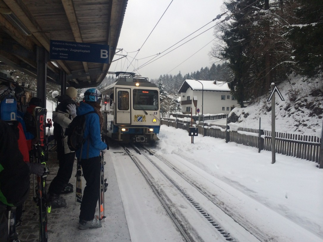 Ylös jäätikölle matkataan hammasratasjunalla. Matkalla on 1-2 vaihtoa ja tunnelma junassa on tiivis.