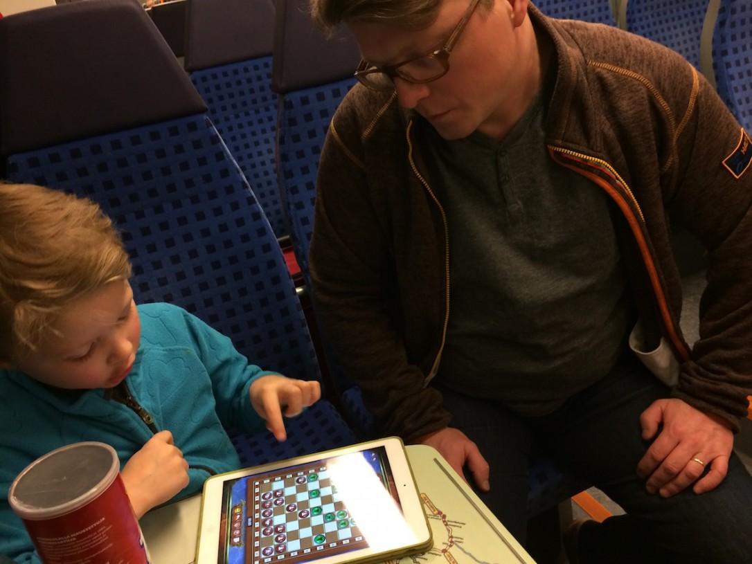 Junamatkalla oli kiva pelata shakkia isän kanssa, kun kukaan ei keskeyttänyt.