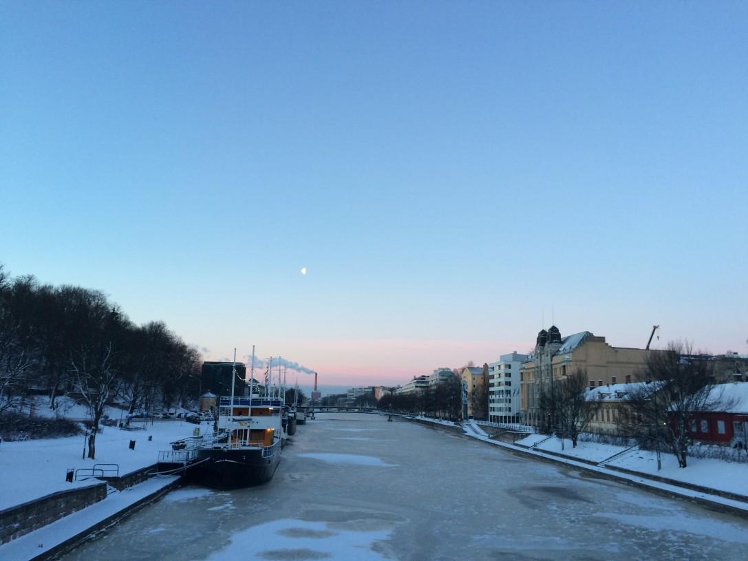 Aamu valkenee Aurajoen ylle