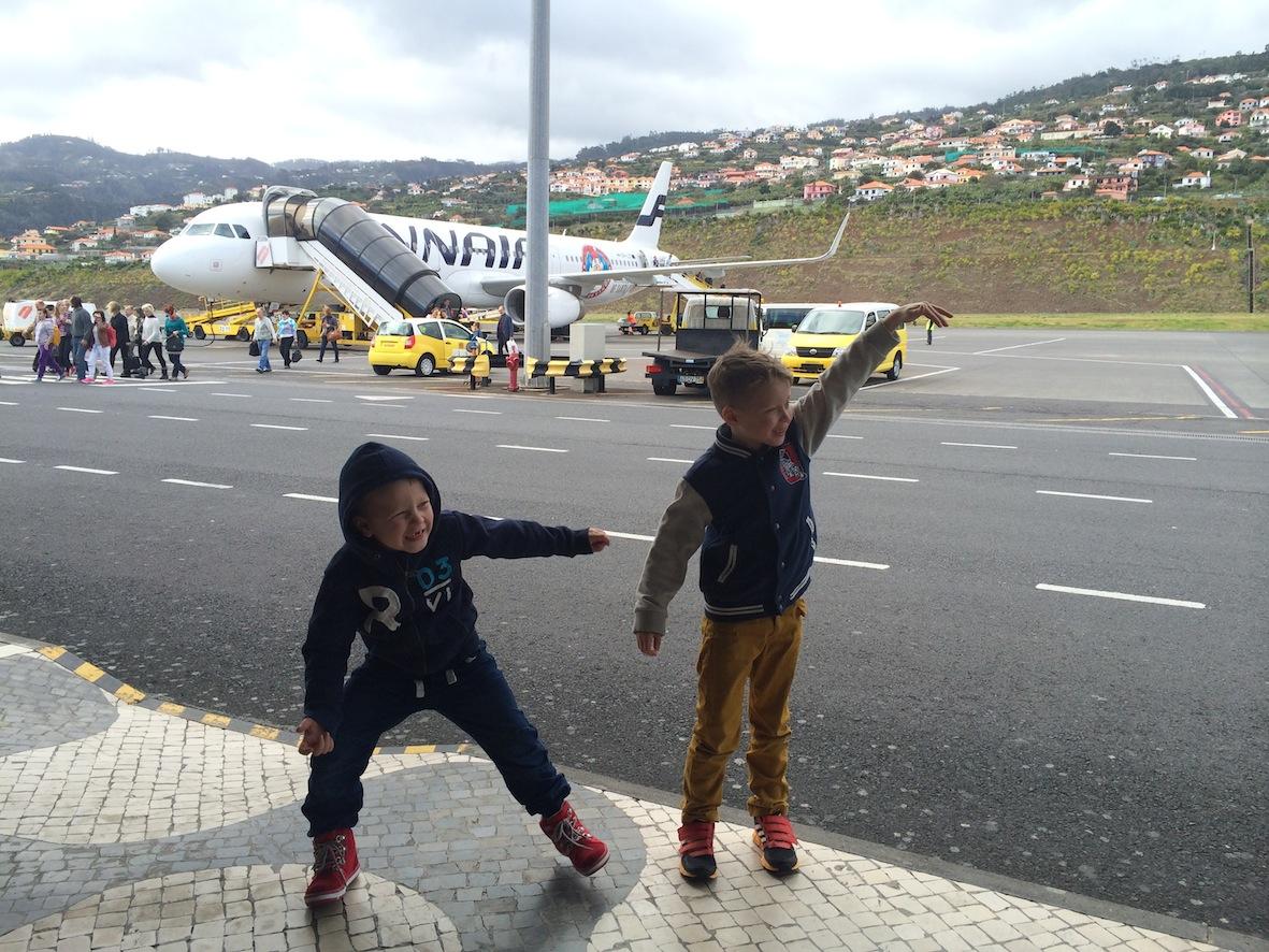 Onnistuneen lennon jälkeen perillä kohteessa! Pojilla riittää energiaa ja sitä on paras päästä käyttämään heti!