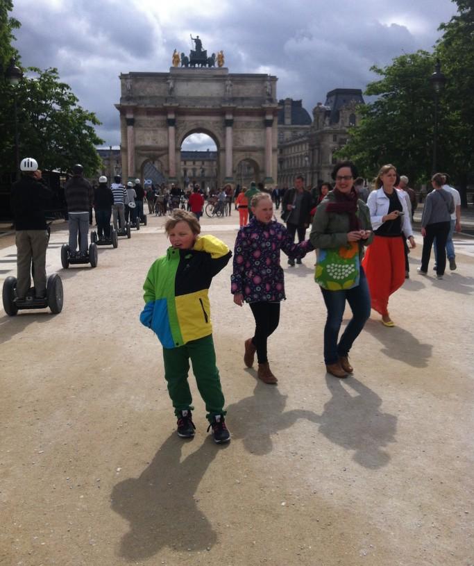 Teimme kielikylpymatkan Pariisiin kaksi vuotta sitten. Nyt kieliopintoja on takana 3 vuotta ja lapset pääsevät tutustumaan paikalliseen kouluun.