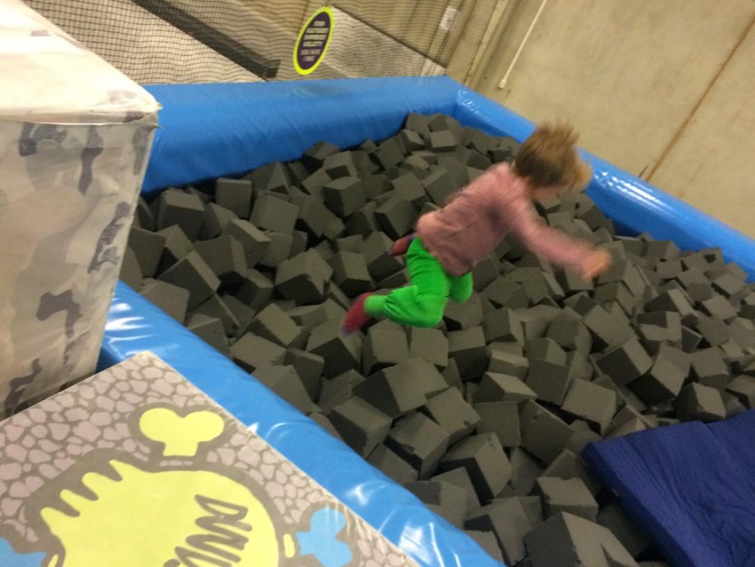 Hyppääminen pehmokuutioaltaaseen oli ihanan vapauttavaa!