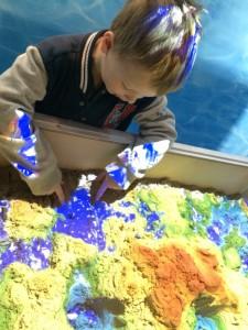 Hyper-hiekkalaatikossa pääsi tutkimaan maanpinnan muodostumista.