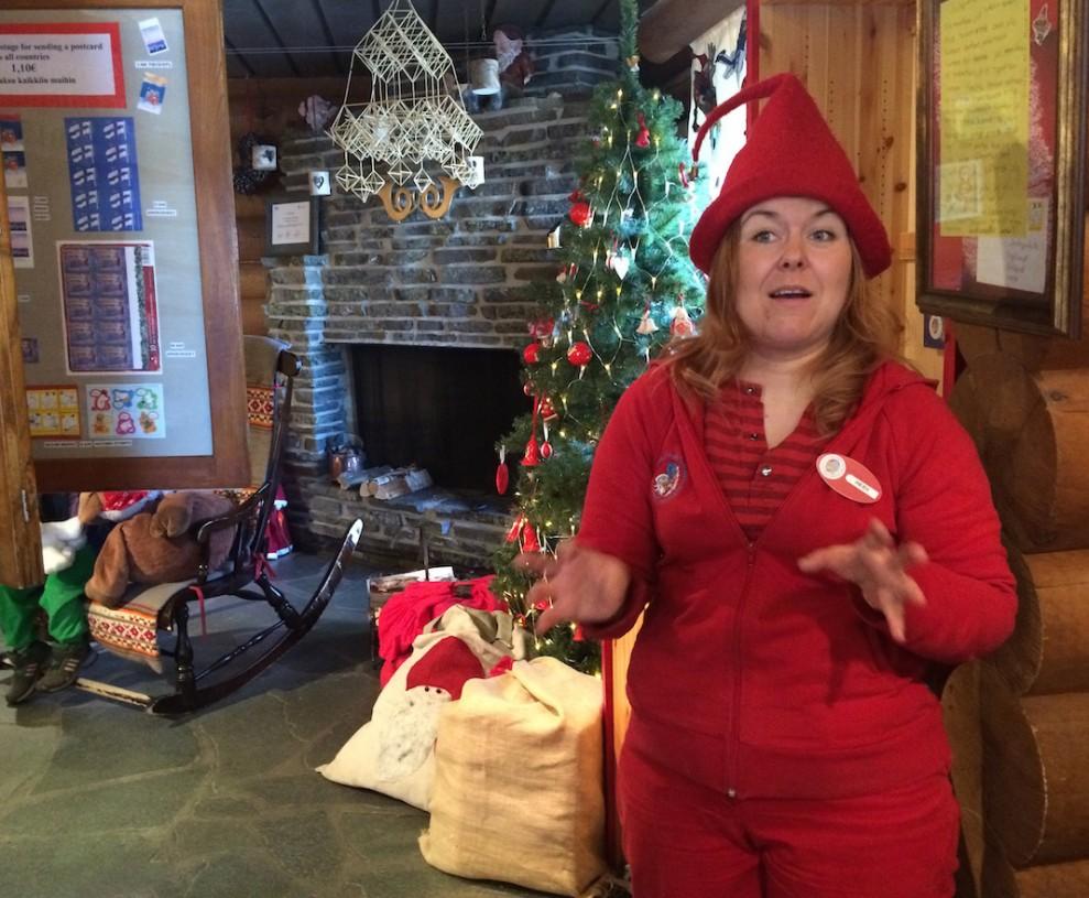 Postitonttu Heidi esitteli värikkäästi Joulupukin postin toimintaa.