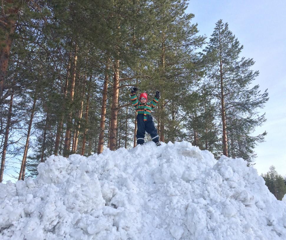 Korkeita lumikasoja oli koko Joulupukin Pajakylän piha täynnä. Mitä onnea!