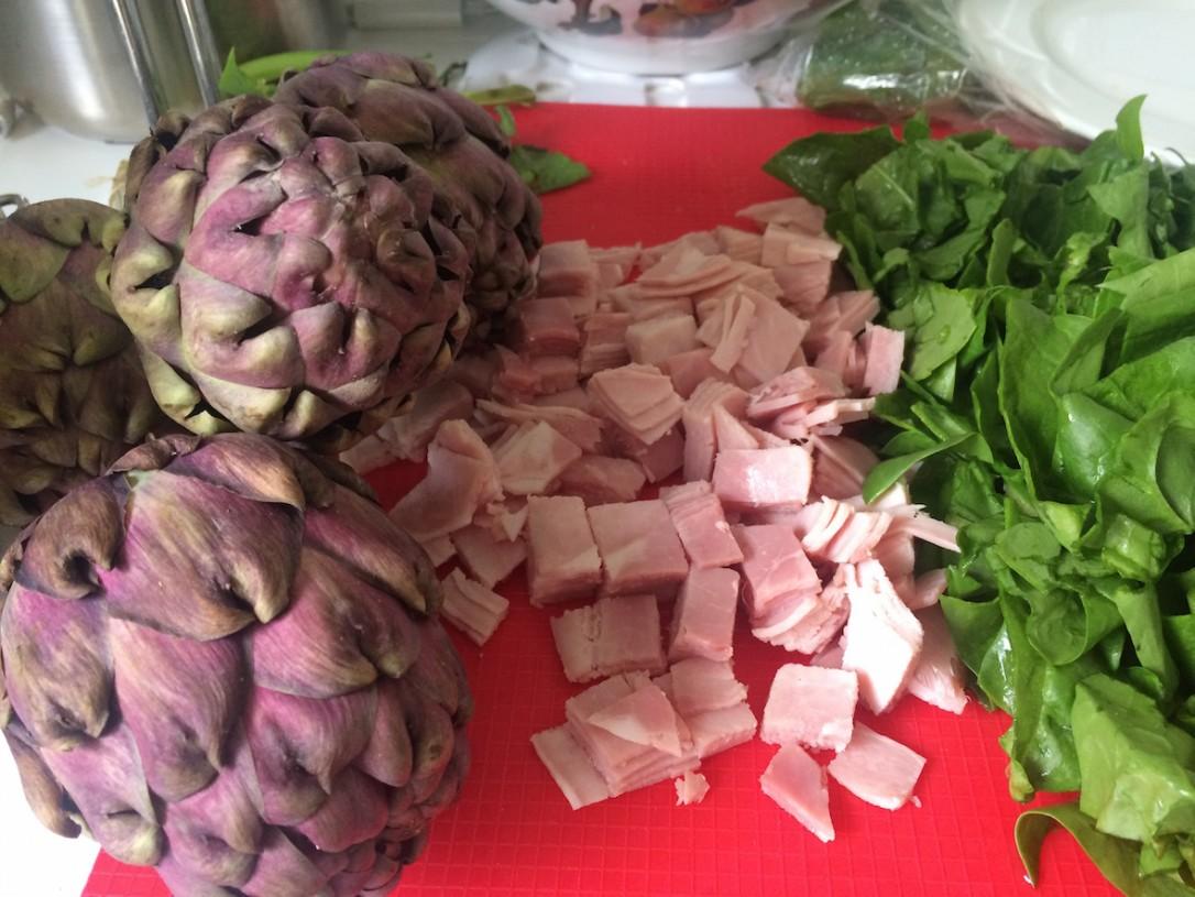 Piirakoiden alkupalaksi keitimme myös tuoreita artisokkia.