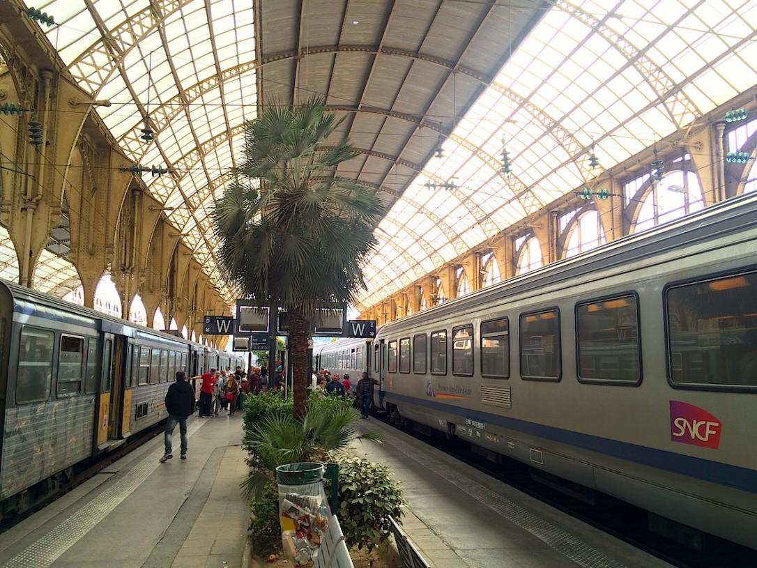 Vain Nizzassa asemalaiturilla kasvaa palmuja.