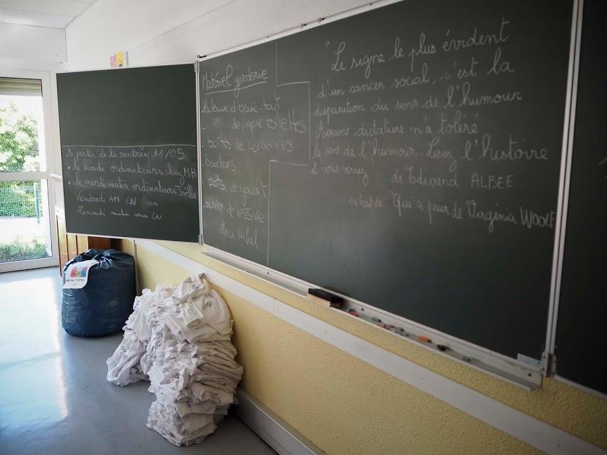 Ranskalaisessa koulussa opettajat kirjoittavat taululle koko päivän koukeroista käsialaa, heillä on siis hyvät käsilihakset.
