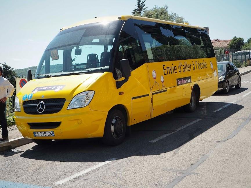 Suurin osa koulukavereistamme saapui kouluun keltaisilla koulubusseilla tai vanhempien autokyydillä