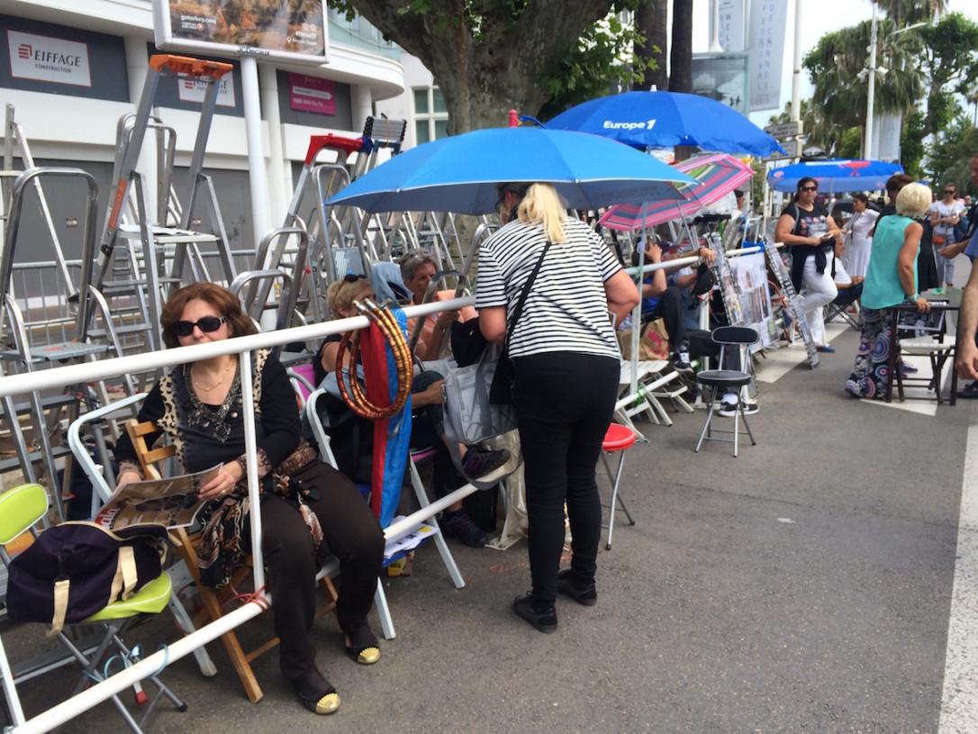 Paikallisten fanien katsomot oli koottu tikapuista ja aurinkovarjoista. Eväänä oli kuohuviiniä ja patonkia.