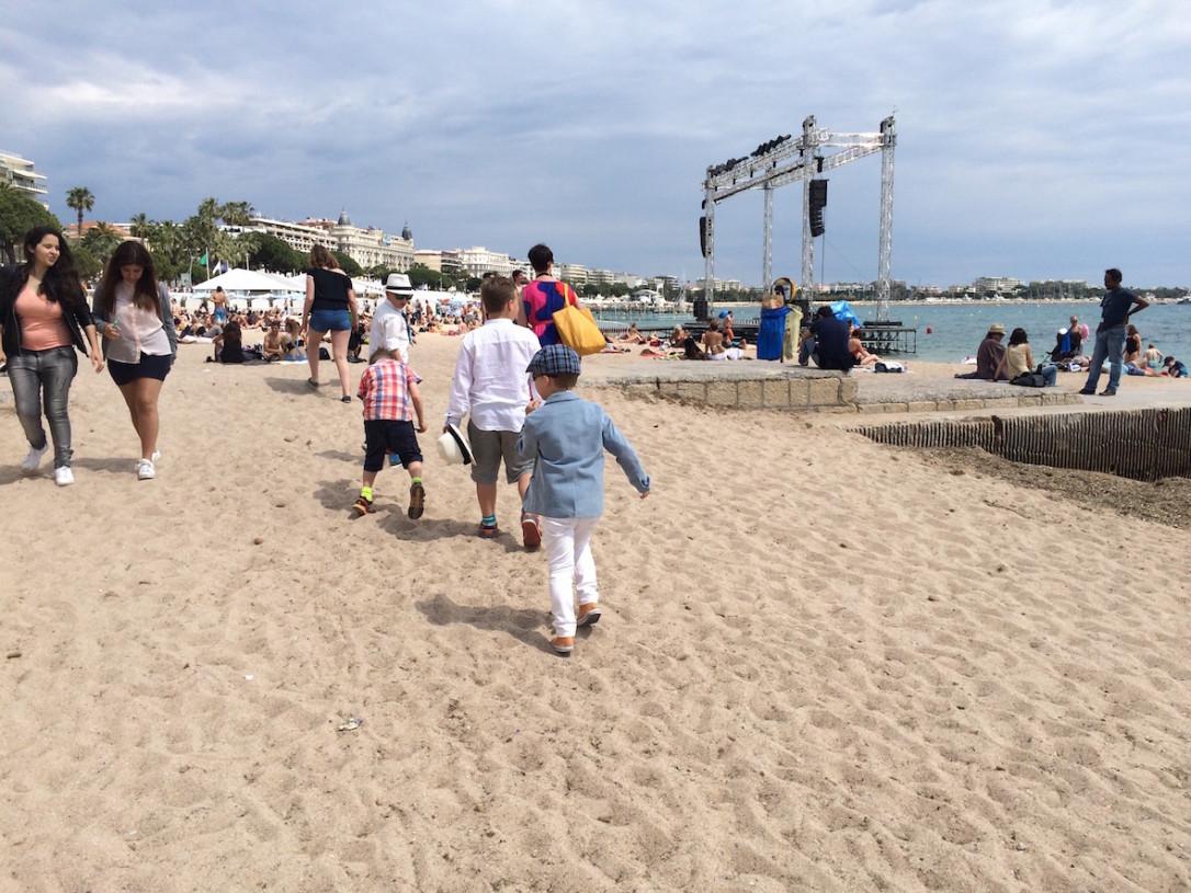 Cannesin filmifestareilla näytetään leffoja yleisölle myös hiekkarannalla.