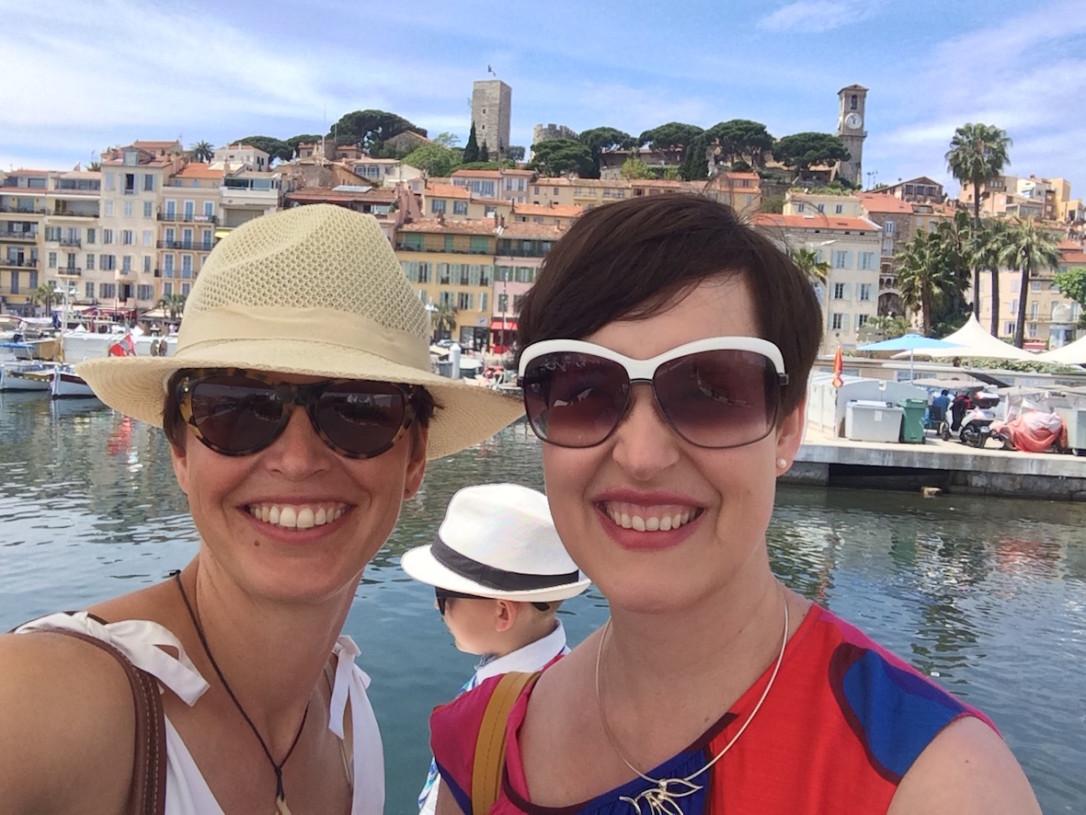 Etätyökaverit vapaapäivää viettämässä Cannesissa