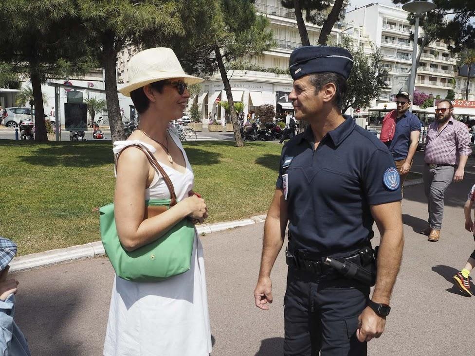 Ranskassa poliisit ovat ihmisiä varten. Cannesissa meidät neuvottiin rannalle.
