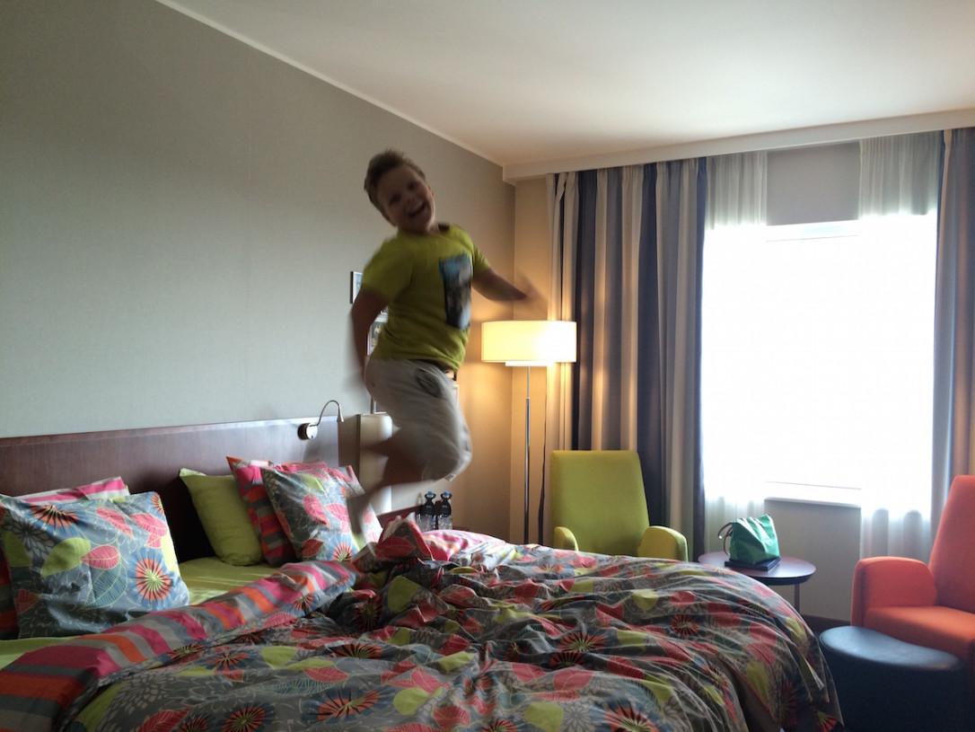 Jokaisessa hotellihuoneessa pitää tietysti tehdä matkabloggaajan sänkytesti!