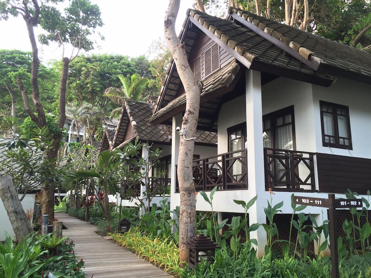 Ao Prao -hotellin villat olivat kauniita ja upeassa luonnollisessa ympäristössä.