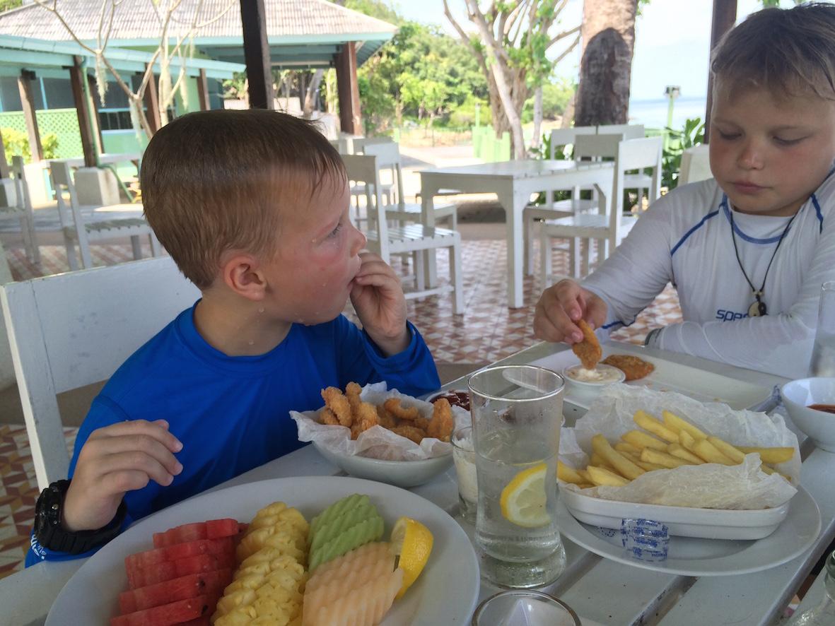 Huonepalvelusta tilattu lounas teki päivän oman hotellimme Pineapple beachillä täydelliseksi
