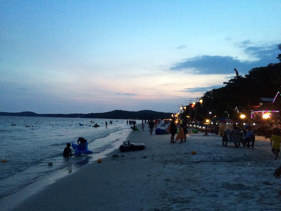 Iltaisin ranta oli täynnä erilaisia ravintoloita.