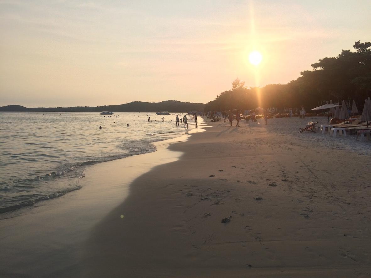 Sai Kaew Beach otti minut vastaan ilta-auringon laskiessa saaren taakse