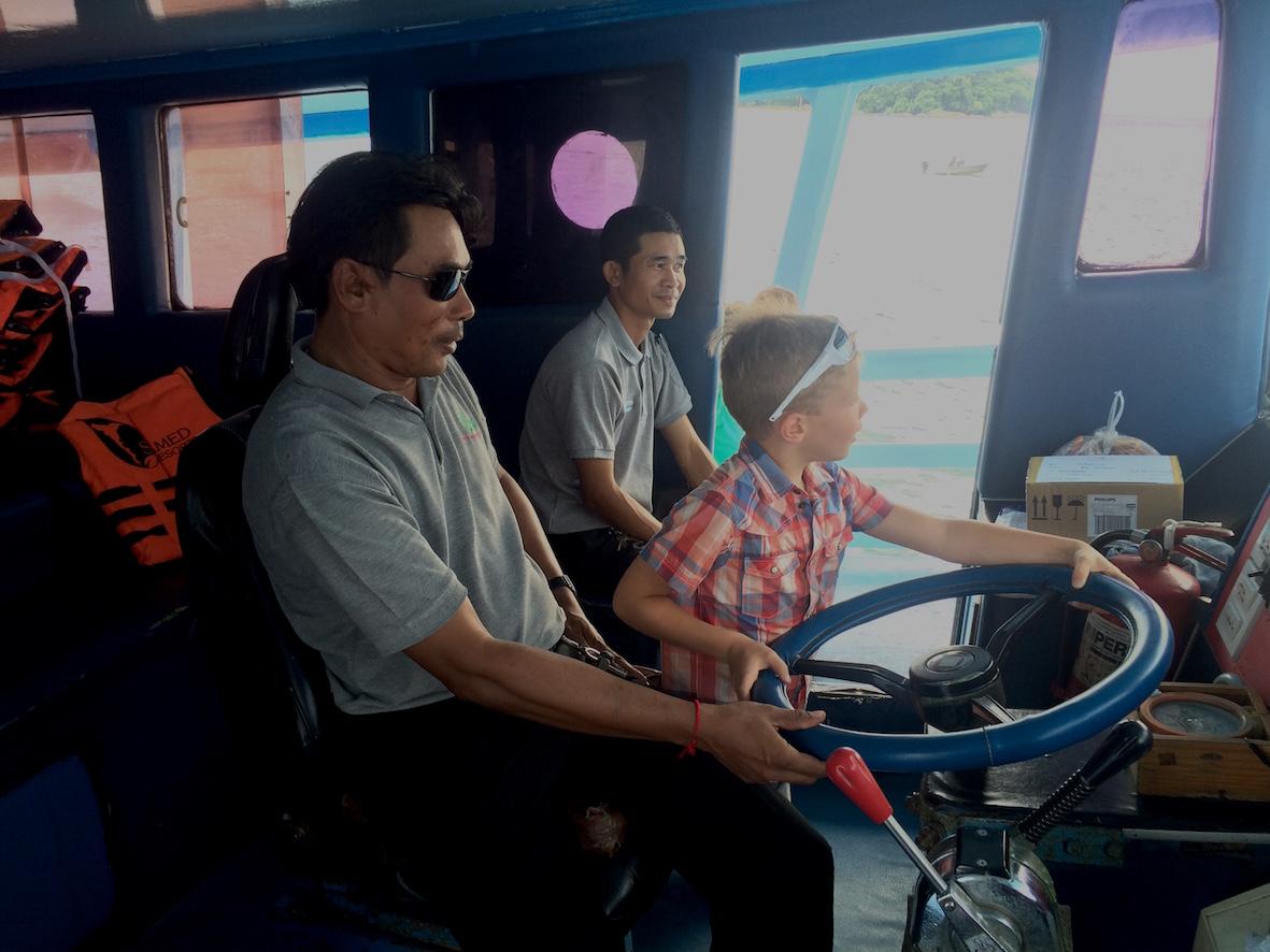 Ystävällinen ja lapset huomioiva palvelu ylsi myös laivan komentosilalle, jonne lapset pääsivät vuorotellen ohjaamaan laivaa.
