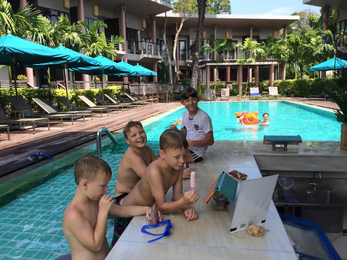 Oma hotellihuoneemme sijaitsi Hub Zone- alueella, jonka keskellä oleva uima-allas oili lasten mielestä parasta.